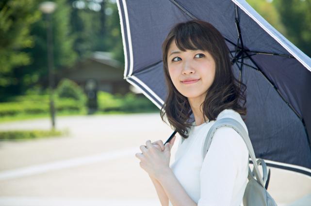 日傘を差す女性
